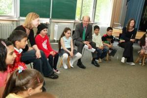 Der Erste Kreisbeigeordnete Dr. Karsten McGovern (Mitte) schaute sich interessiert an, was die Kinder in Stadtallendorf während der Hausaufgabenhilfe machen. (Foto: Landkreis)